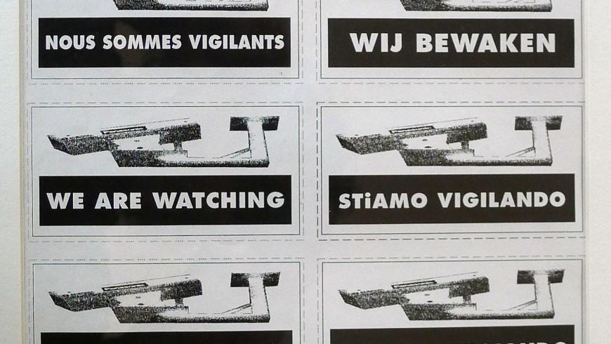 Autocollants distribués dans la rue. On vous surveille (1994)