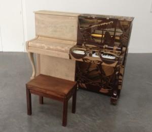 Thu Van Tran, Arirang Partitions, 2009, piano en bois ouvragé, trois partitions musicales déchirées