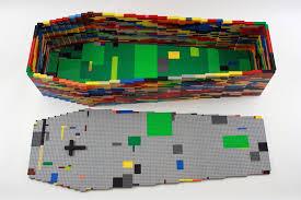 2012, LE DERNIER JEU  Cercueil de lego de couleur 120 x 60 x 40 cm [ taille d'un enfant de 8 ans ]