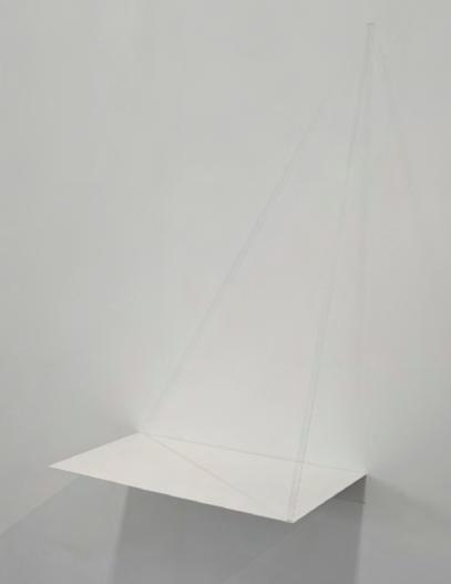 tangible, 2013 tige de verre, feuille d'aluminium peinte en blanc pliée, projecteur découpe 75,5 x 48 x 26 cm