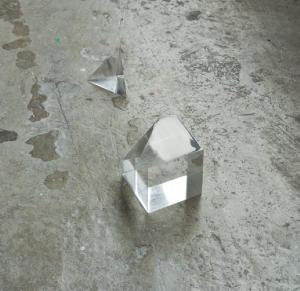 Cube, 2010, plexiglas, 5 x 5 x 5 cm et 5 x 3 x 3 cm (photo : Florian Kleinefenn)