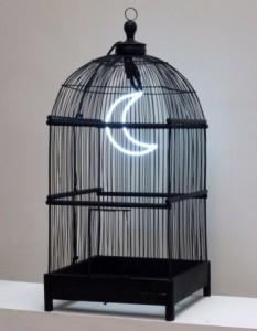 Laurent Pernot, Captivité, 2008 cage, néon, gravier noir, transformateur 40 x 40 x 70 cm