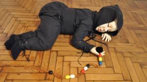 Tsukiko - Les yeux fermés, Virginie Barré, 2009 Résine, vêtements de Anne-Gaëlle Remondeau 155 x 100 x 40 cm