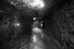 Chiharu Shiota, Ifinity, 2015, fil noir, ampoules électriques, minuteur, dimensions variables, crédits photographiques : Pauline Guyon/Louis Vuitton