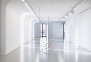 Fred Sandback, Untitled (Sculptural Study, Five-part Freestanding Piece), ca. 1975/2015, fil acrylique noir, dimensions situationnelles, crédits photographiques : Pauline Guyon/Louis Vuitton © Fred Sandback Archive