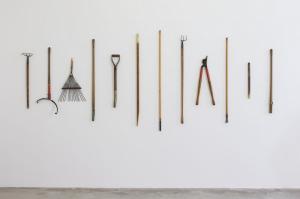 Kate Ericson & Mel Ziegler, Give and Take, 1986, bois, métal, résine polyuréthane, 150 x 372 x 14 cm © Kate Ericson, Mel Ziegler et Galerie Perrotin