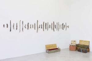 """Mel Ziegler , """"Carry a big stick"""", 2015 Caisses de munitions, bâtons de bois, velours Dimensions variables © Mel Ziegler — Photo : Claire Dorn /Courtesy Galerie Perrotin"""