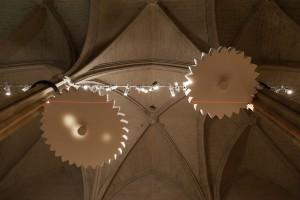 Lyes Hammadouche, Les développantes du cercle, deux disques en polystyrène, acier, roulements, moteurs, 250x175x20 cm, 2015 Production pour le Collège des Bernardins ©Clément Le Penven