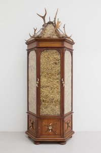 Mel Ziegler, Untitled, 2015, bois, métal, verre, paille, 302 x 110 x 47 cm © Mel Ziegler et Galerie Perrotin