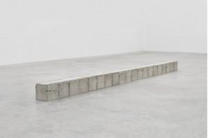Kishio Suga, Cultivated Space—N, blocs de ciments, peinture, morceaux d'acrylique, 402,6 x 40,3 x 40,3 cm, 2015 © Courtesy Almine Rech Gallery