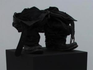 David Ancelin, sans titre, 2009 bottes, pantalon et ceinture en cuir 40/40/140 cm (avec socle)