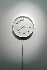 BERTRAND PLANES, LIFE CLOCK, HORLOGE AU MECANISME RALENTI 61320 FOIS, 51 CM DE DIAMÈTRE, 2004/2008. ©Anaëlle Villard