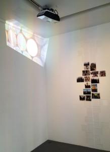 """Vue de l'exposition """"Regulus"""" à droite """"Ghosts of your Souvenirs"""" à gauche"""