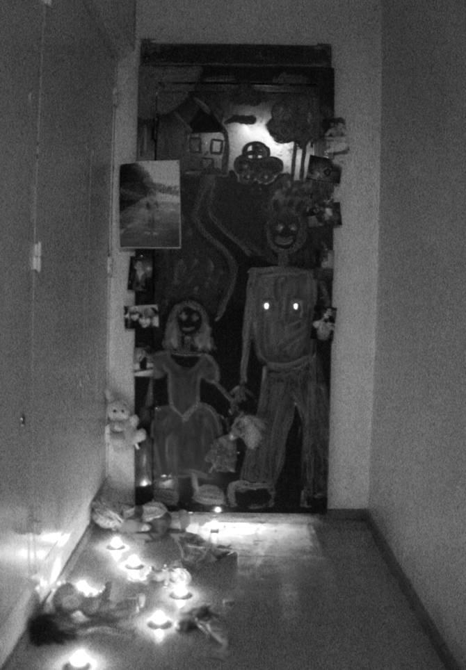 Alicia Zaton, J'ai Célébré, J'AI CÉLÉBRÉ France, Février 2008 – installation devant la porte de mon appartement condamné après le passage des huissier ; jouets, photos, souvenirs, bougies, peinture
