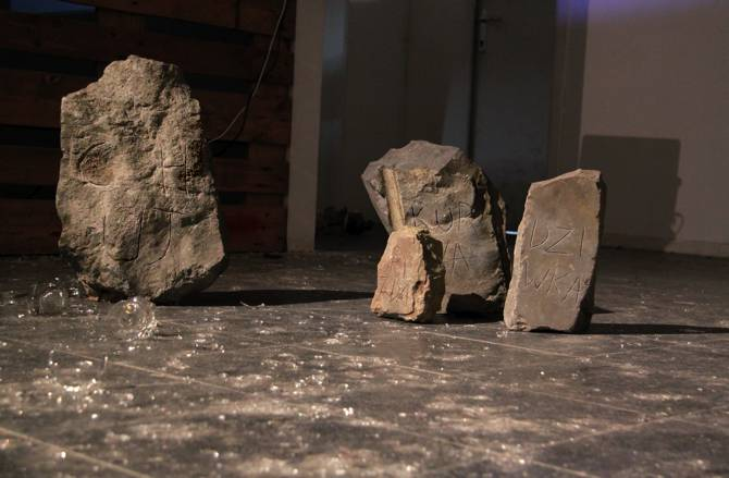 Alicia Zaton, RODZINA « famille » Bruxelles 2012 – pierres gravées d'insultes : cHUJ, KURWA, PiZDA, DZiWKA (bite, chatte, pute, salope) dimensions variables, de 20 à 60 cm de hauteur.