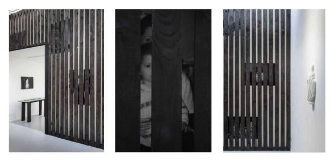 Alicia Zaton, ZA « derrière » 2015 – installation en bois brulé à dimension du mur de la Progress Gallery, posters d'archives personnelles collé au mur derrière les lattes de bois – 590 × 370 cm