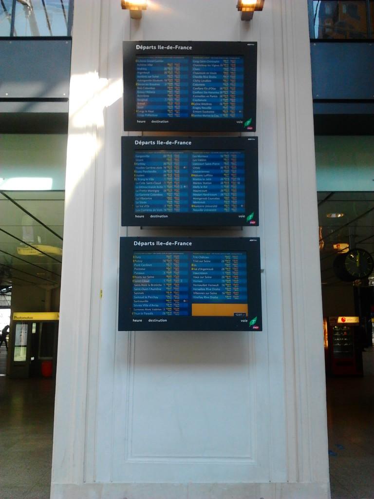 Ces écrans ne diffusent ni pub ni films, mais servent seulement à situer les trains, et connaître leur heure de départ (comme ça on sait s'il faut courir ou pas)