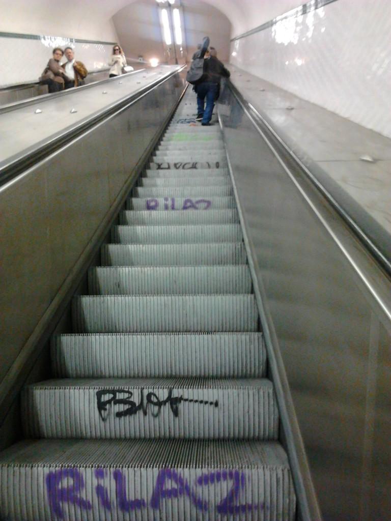 Escaliers mouvants. Côté droit pour ceux qui économisent leur énergie, côté gauche pour les personnes pressées qui ont besoin d'un coup de pouce pour aller plus vite.